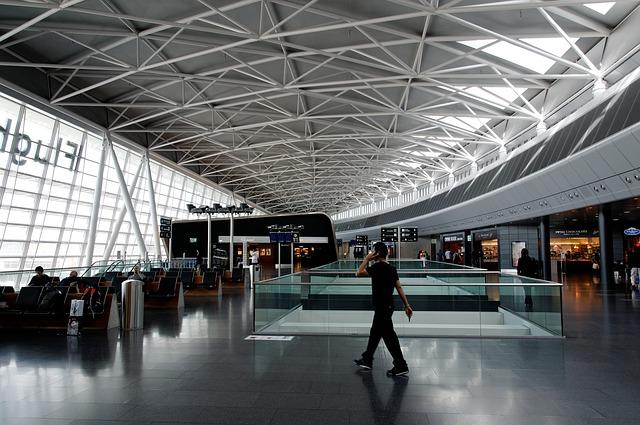 airport-335589_640